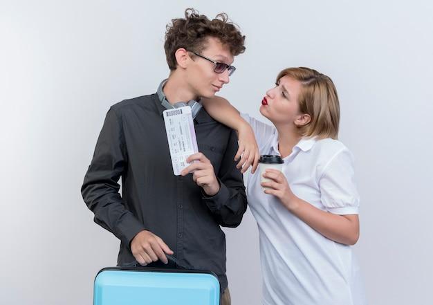 행복 한 젊은 관광객 남자와여자가 흰색 위에 웃 고 서로 찾고 가방을 들고