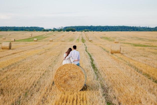 わら、ロマンチックな人々の概念、美しい風景、夏の季節に幸せな若いカップル。