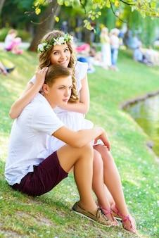 夏休みにポーズをとって幸せな若いカップル