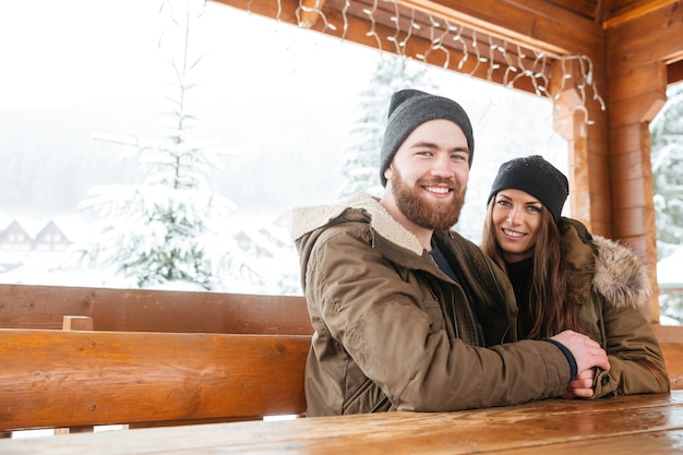 Woodn 테이블에 함께 앉아 행복 한 젊은 커플