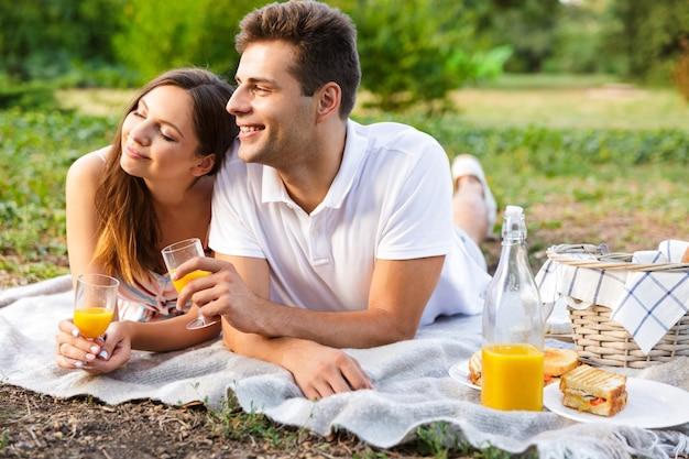 Счастливая молодая пара, проводить время вместе