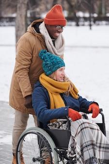 Счастливая молодая пара гуляет на свежем воздухе в зимний день