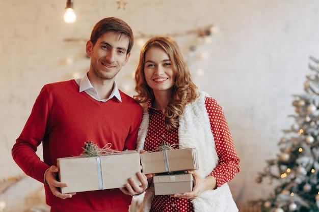 Счастливая молодая пара с рождественскими подарками