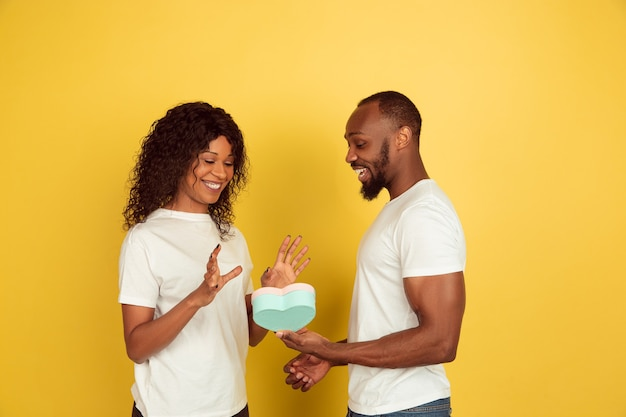 贈り物と幸せな若いカップル