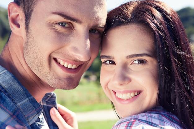 공원에서 산책에 여름 의류에 흰색 완벽한 미소로 행복 한 젊은 커플