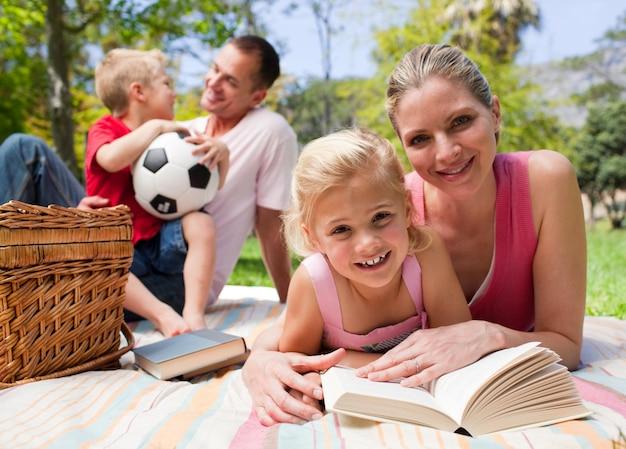 ピクニックを楽しむ幸せな若い家族