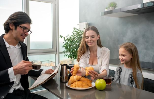 행복 한 젊은 가족 집에서 아침을