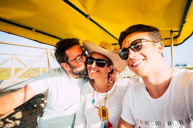 행복한 젊은 가족은 함께 즐거운 시간을 보내고 여름의 화창한 날에 야외 레저 활동을 즐기십시오.