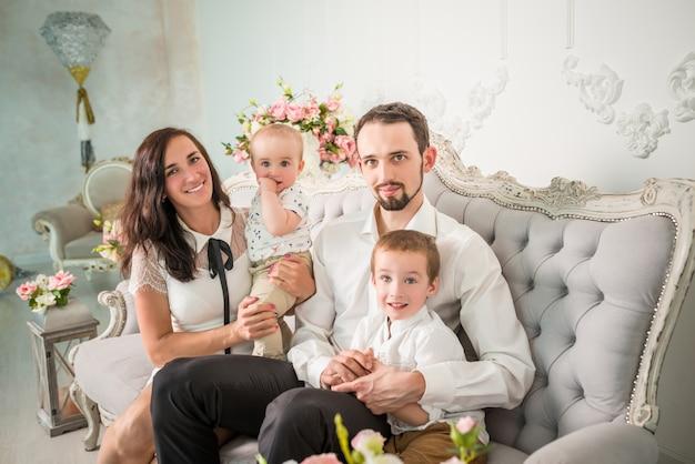Счастливая молодая семья мама папа и двое сыновей