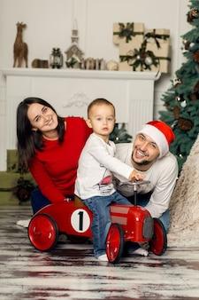 Счастливая молодая семья вместе проводит рождественские каникулы. сказочное счастливое детство.