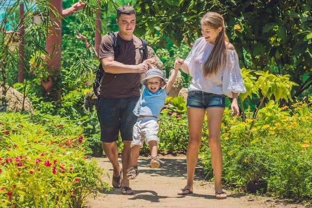 여름 날에 야외 시간을 보내는 행복 한 젊은 가족
