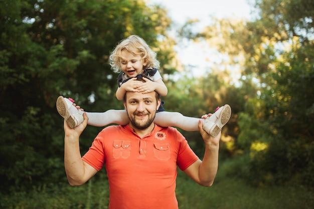 外で一緒に時間を過ごす幸せな若い家族