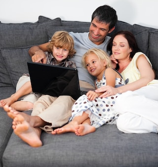 Loptopを使った幸せな若い家族