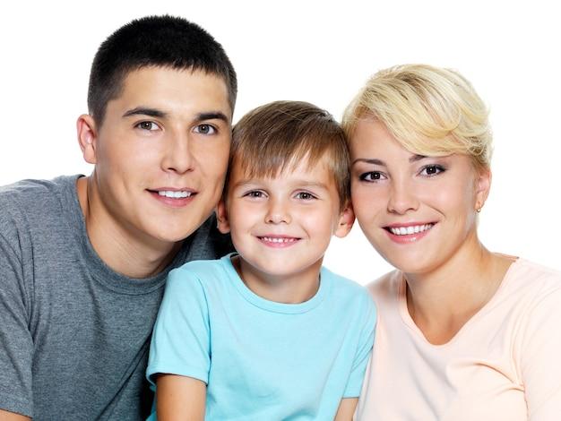 Счастливая молодая семья с сыном 6 лет