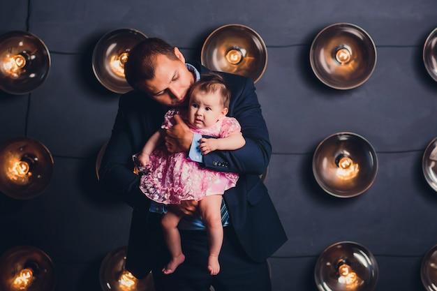Счастливый молодой отец и его ребенок
