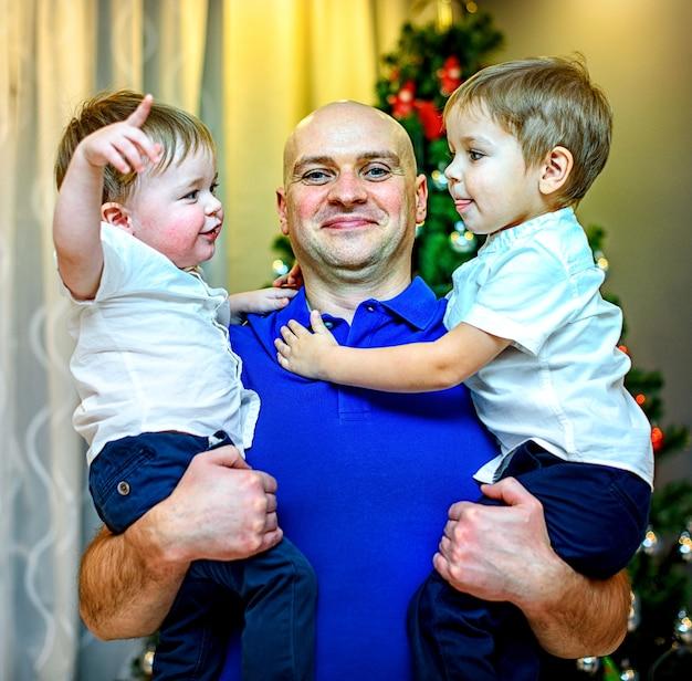 행복 한 젊은 아버지와 그의 두 아들.