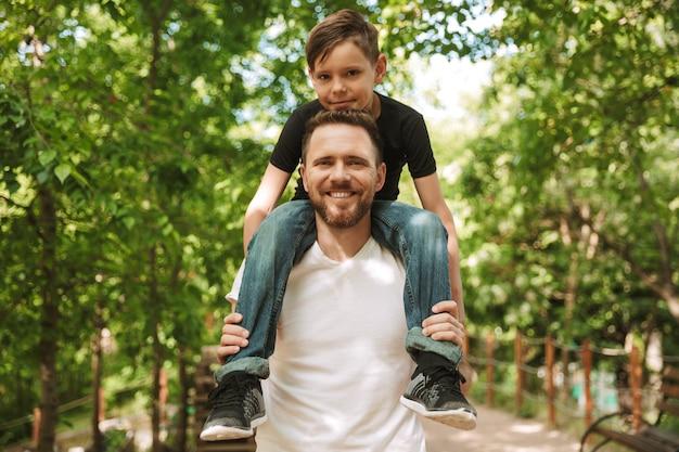 Счастливый молодой отец весело провести время со своим маленьким сыном