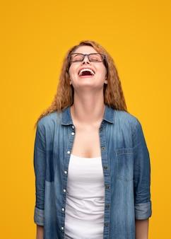 目を閉じて笑って幸せな若い女性
