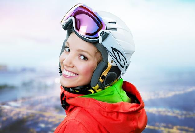 Счастливый молодых женщин сноубордист на фоне