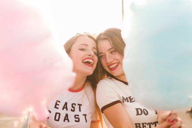 Счастливые молодые друзья в парке развлечений