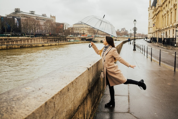 シャンジュ橋からフランスの建築を賞賛する幸せな少女