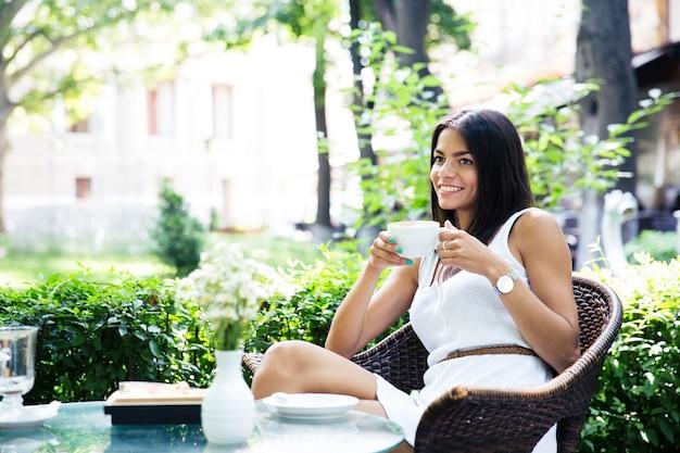 コーヒーを飲む幸せな少女