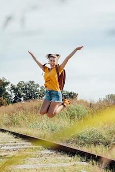 空中でジャンプして幸せな若い女の子
