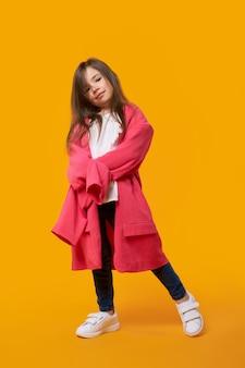 Счастливая молодая девушка носить пиджак ее матери и дурачиться