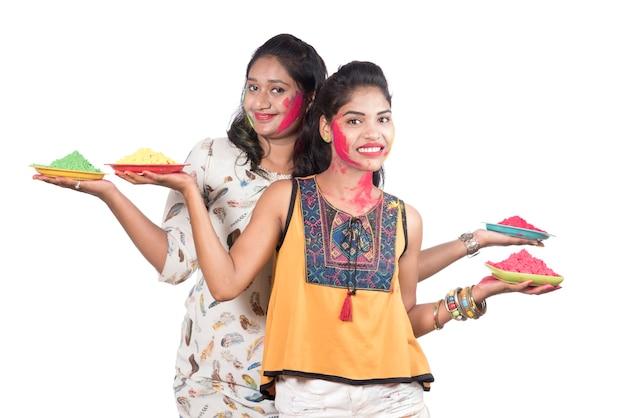 色のホーリー祭でカラフルなパウダーを楽しんでいる幸せな若い女の子