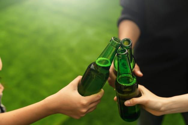 Счастливая молодая группа друзей вечеринки и напитки.
