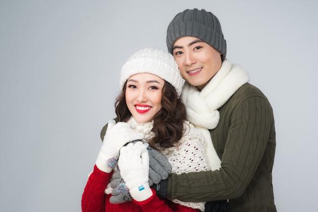 Счастливый молодой хипстерский обнимать пара. холодное время года. романтическое настроение.