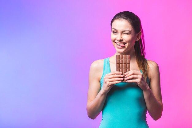 チョコレートを食べて笑顔幸せな若い女性