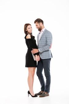 Счастливая молодая любящая пара обниматься изолированы