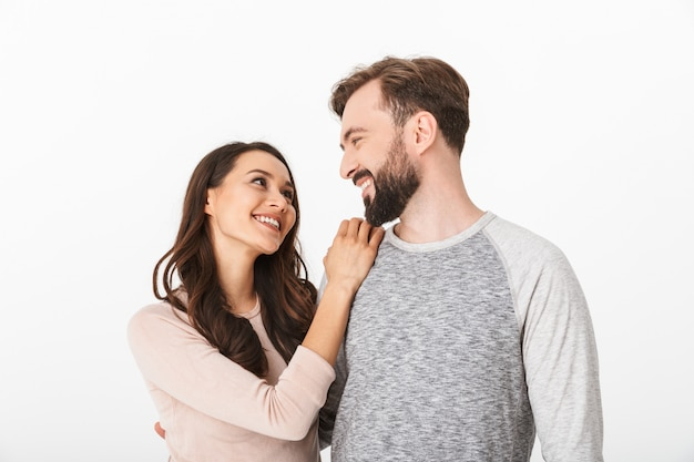 Счастливая молодая влюбленная пара