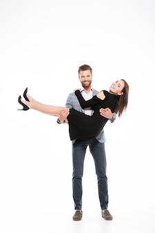 Счастливые молодые любящие пары стоя изолированы