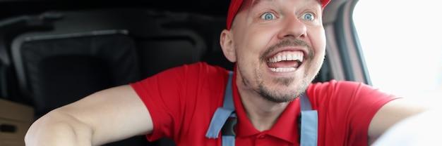 빠른 차를 운전하는 행복한 젊은 남성 택배. 품질 배달 개념