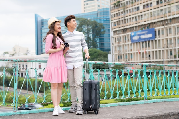 행복 한 젊은 남자와 아름 다운 웃는 여자 여행 및 관광 도시 attrcations. 고품질 이미지.