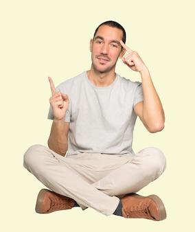 Счастливый молодой человек делает жест концентрации