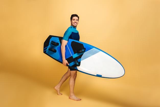 水着に身を包んだ幸せな若い男