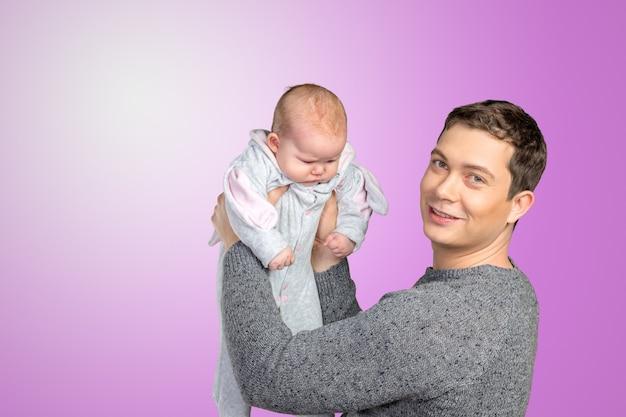 赤ちゃんを持って幸せな若い男
