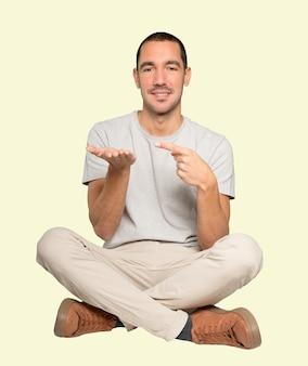 그의 손으로 뭔가 들고 행복 한 젊은 사람
