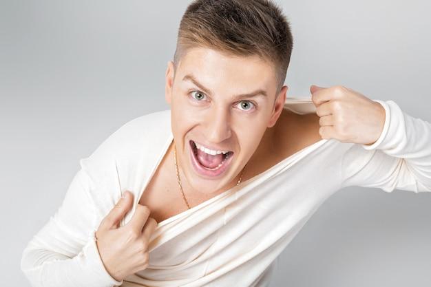 白いセーターを着た幸せな若い男