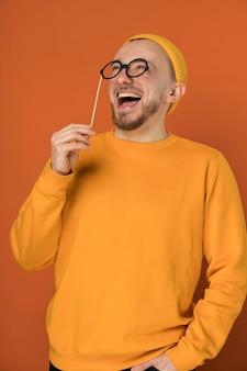 Счастливый молодой человек смеется в помещении