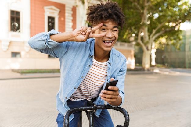 자전거를 타고 야외에서 행복 한 젊은 사람