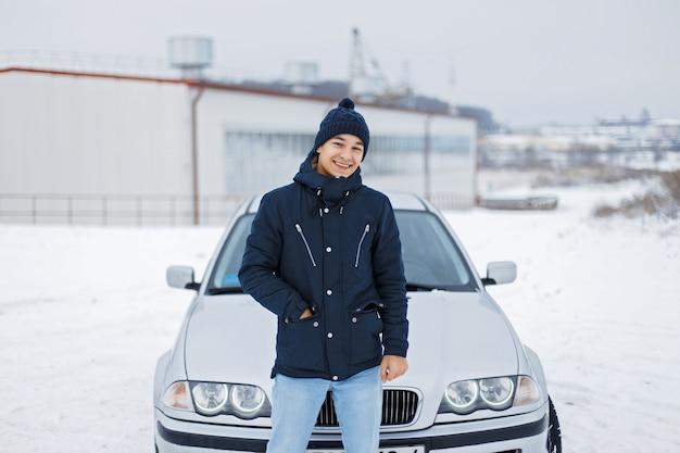 차 근처에 서 행복 한 젊은 사람