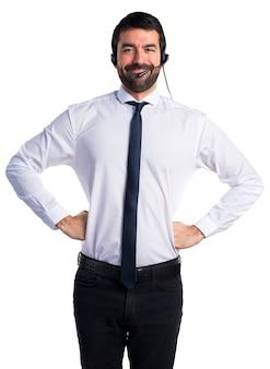 ヘッドセットを持つ幸せな若い男