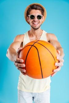 バスケットボールと幸せな若い男