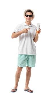 白い背景の上の日焼け止めクリームと幸せな若い男