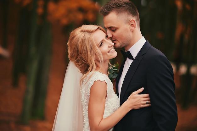 Счастливая молодая супружеская пара