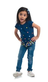 Счастливая молодая модель девушка позирует для моды изолированные